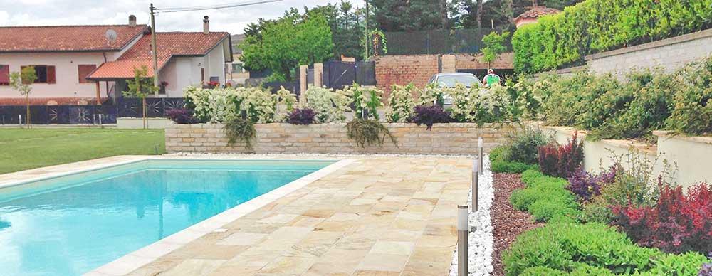 Villa con piscina Frosinone pavimento in pietra naturale